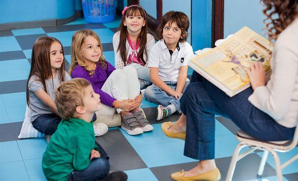 Opetusministeri Sanni Grahn-Laasosen mukaan kielen oppimista voisi tuoda leikin avulla jo varhaiskasvatukseen.