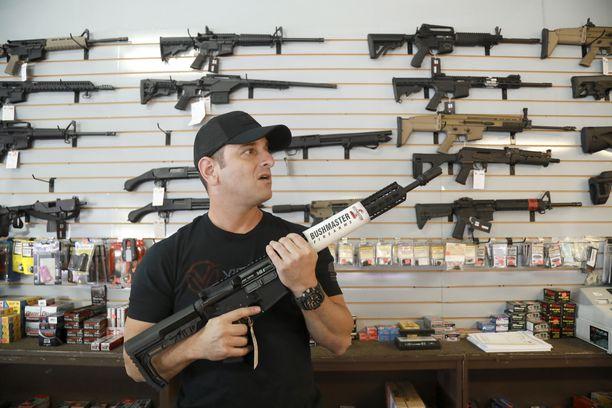 Kouluammuskelun uhrien omaisten kanteen mukaan laajasti saatavilla oleva AR-15 Bushmaster -kivääri on aivan liian tehokas siviilikäyttöön.