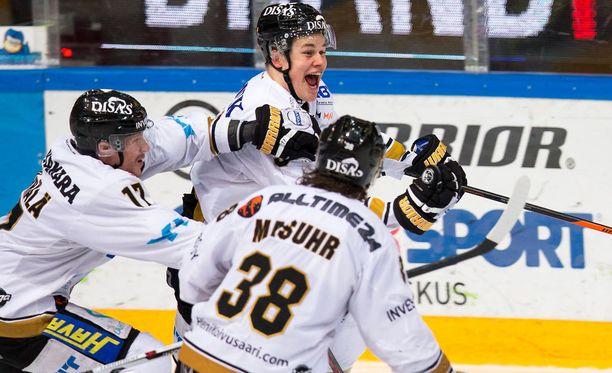 Jesse Puljujärvi tuuletti voittomaaliaan estoitta.