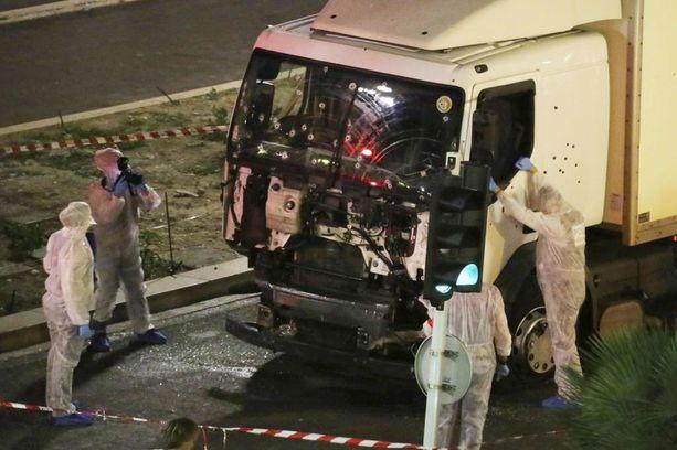 Ranskassa hyökkääjä iski kuorma-autolla kansallispäivää juhlineisiin ihmisiin Nizzan rantabulevardilla.