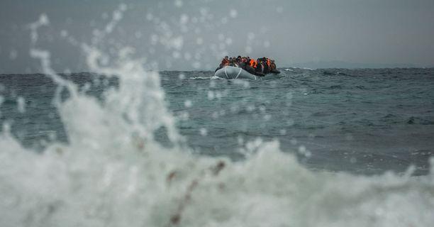 Välimerellä on tänään hukkunut 400 pakolaista matkalla Italiaan. Kreikkaan pyrkijöiden määrä on romahtanut.
