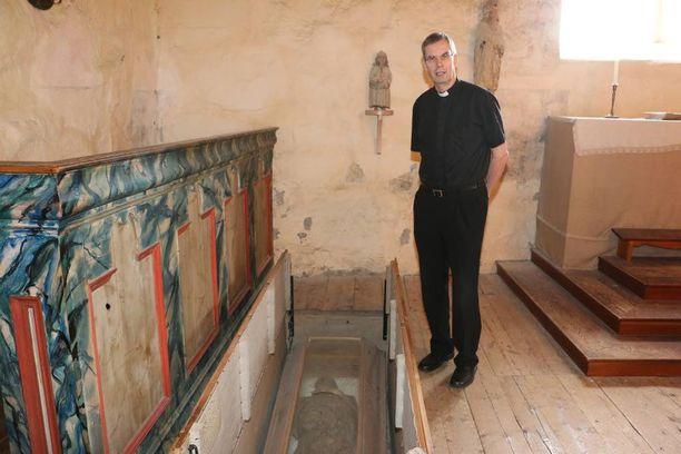 Kirkkoherra Yrjö Haapala on työskennellyt Keminmaan seurakunnassa 37 vuotta. Hän pitää kirkkoherra Rungiuksen tarinaa kiehtovana, sillä lattian alta löydettyjen muiden pakkaskuivien ruumiiden muoto on ihan erilainen.