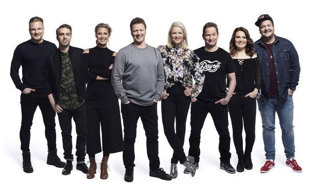 Mukana Kingissä ovat Jaska Saariluoma juontajana, sekä näyttelijät Anna-Maija Tuokko, Pirjo Heikkilä, Linda Wiklund, Kalle Lamberg, Jarkko Niemi, Severi Saarinen ja Mika Eirtovaara.
