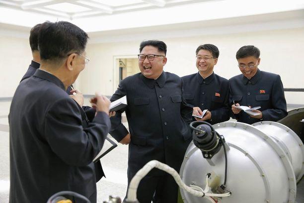 KCNA julkaisi sunnuntaina kuvan Kim Jong-unista viranomaisineen tarkastelemassa laitetta, jota väitetään vetypommiksi.