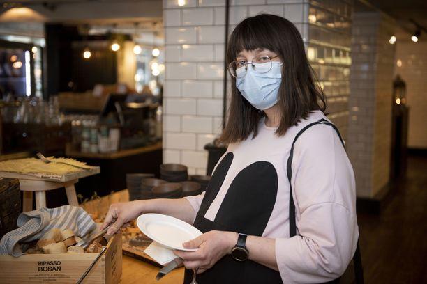 Laura Kuivalahti kertoo normaalisti syövänsä kotona, mutta maanantaina työpäivän lomassa lounas maistui ravintolassa.