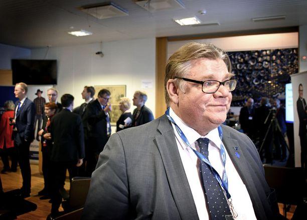 Ulkoministeri Timo Soini ilmoitti sinisten puoluekokousväelle halustaan jatkaa politiikassa ja poistui esiintymiskorokkeelta liikuttuneena.