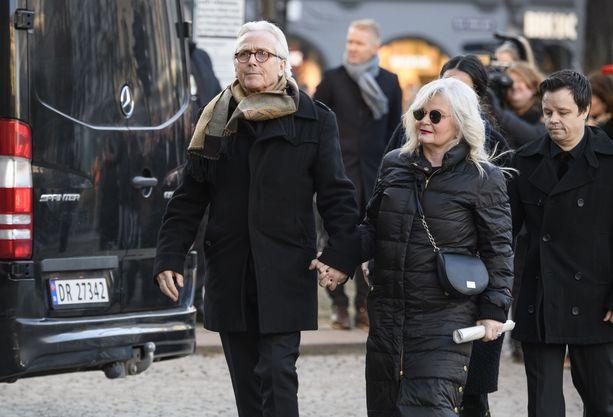Olav Björshol ja Marianne Behn kulkivat käsi kädessä poikansa hautajaisissa.