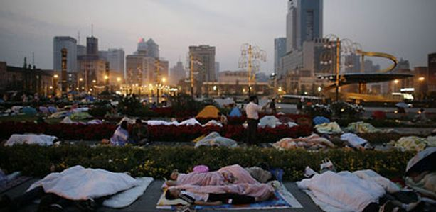 Monet Chengdun kaupungin asukkaat viettivät yönsä ulkosalla sen jälkeen, kun televisiossa varoitettiin uudesta jälkijäristyksestä.