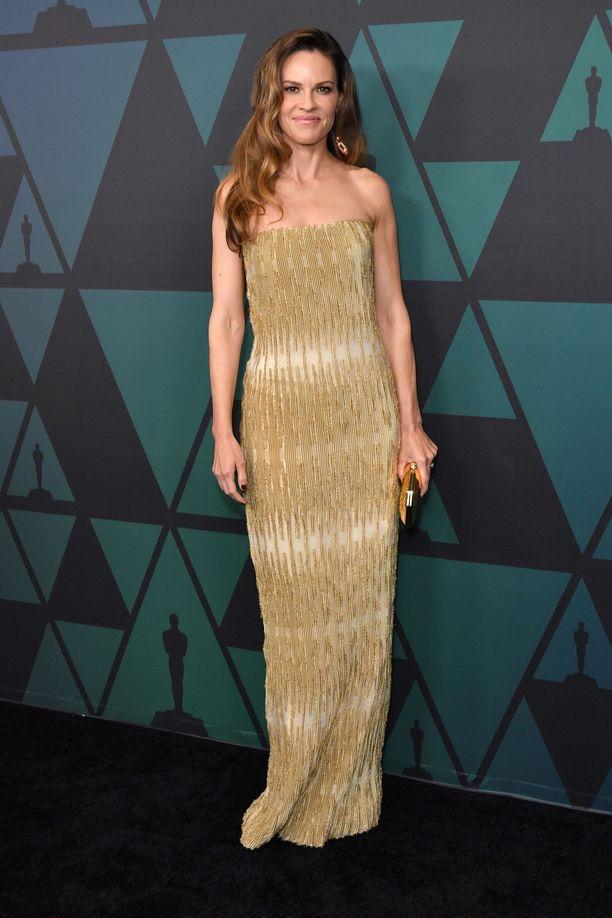 Hilary Swankin kultainen mekko on Giorgio Armanin.