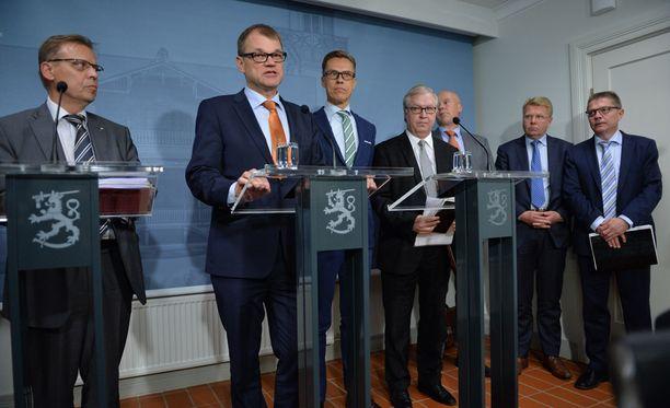 Hallitus ja työmarkkinajohtajat pitivät yhteisen tiedotustilaisuuden maanantaina.