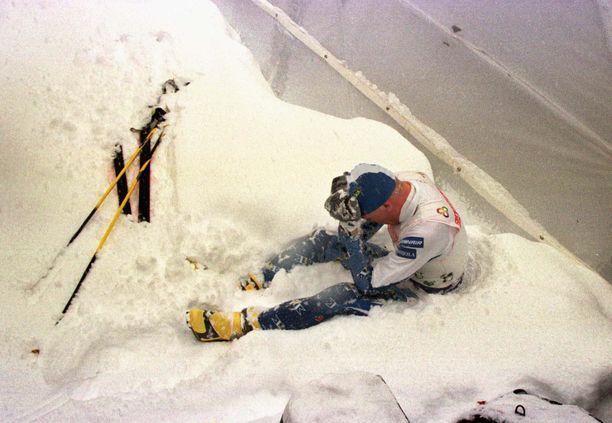 Jari Isometsä istahti lumihankeen kyynelehtimään Ramsaun vuoden 1999 MM-hiihtojen 15 kilometrin vapaan takaa-ajokisan jälkeen.