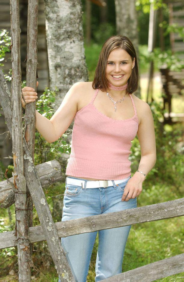 19-vuotias laulaja poseerasi vuonna 2003 hempeässä vaaleanpunaisessa.