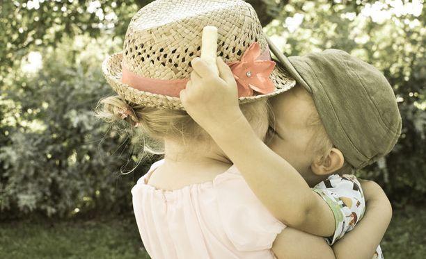 7. Nuorta rakkautta kesäjuhlissa.