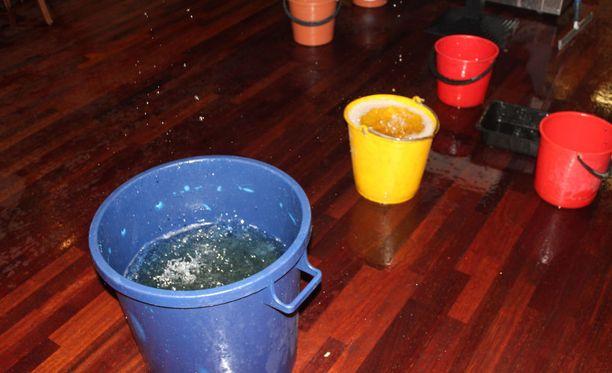 Vettä pyrittiin saamaan vauhdilla ulos hotellista.