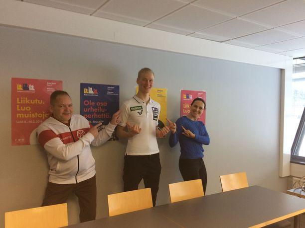 Kilpailupäällikkö Hannu Lehman, yhdistetyn maailmancup-mies Leevi Mutru ja pääsihteeri Aino-Kaisa Saarinen heittivät poseerausvaihteen silmään.