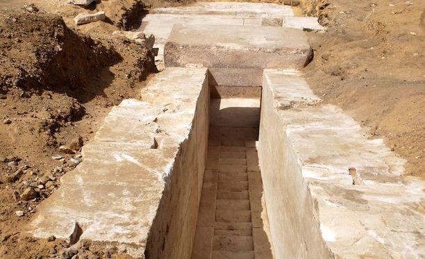 Egyptin viranomaiset julkaisivat maanantaina kuvan pyramidiin johtavasta portaikosta.