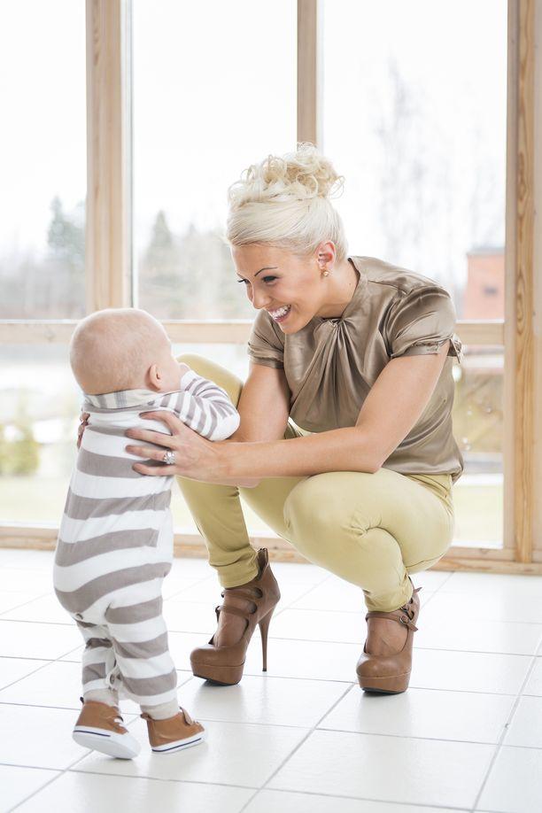 Vuonna 2013 tuore äiti nautti vauva-arjesta puolivuotiaan poikansa Leon kanssa.