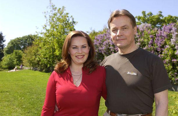 Nina Mikkonen ja Timo T.A. Mikkonen kuvattuna kesällä 2002.