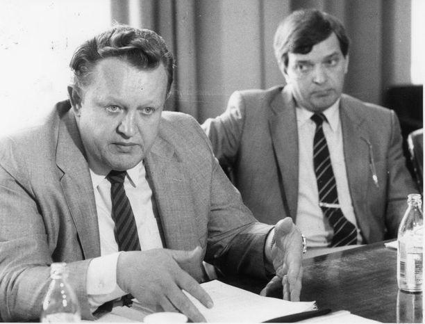 Paavo Väyrynen kertoi vuonna 2014 julkaistussa Suomen linja -kirjassaan, että tultuaan valituksi Martti Ahtisaari ilmoitti, ettei Väyrysellä ole hänen presidenttikaudellaan mahdollisuutta tulla ulkoministeriksi. Kuva vuodelta 1985.