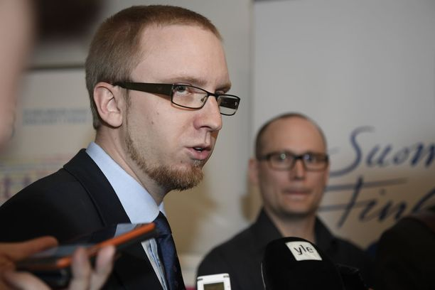 Keskustan eduskuntaryhmän puheenjohtaja Antti Kaikkonen ei ottanut kantaa perjantaina siihen, miten hallituskumppanit suhtautuvat keskustan esityksiin. Sinisen eduskuntaryhmän puheenjohtaja Simon Elo ampui keskustan ideat alas tuoreeltaan.