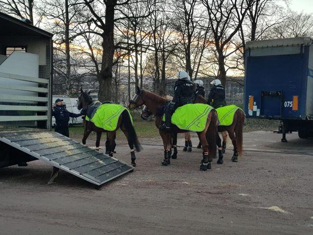 Ratsupoliisit ovat valmiina Kaisaniemessä.