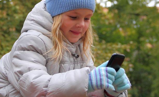 Elisa tarjoaa palvelua, jonka avulla voi muun muassa laittaa lapsen puhelimeen äänet päälle etänä.