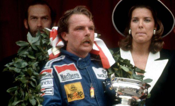 Keke Rosberg pääsi vuoden 1983 Monacon GP -voittonsa jälkeen poseeraamaan prinsessa Carolinen kanssa.