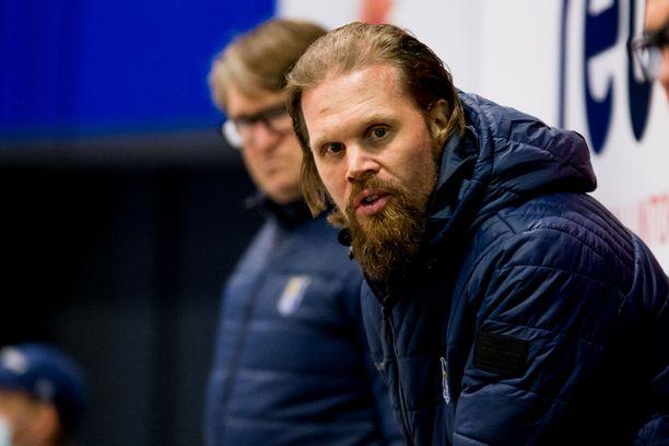 Olli Jokinen tekee valmennustyötä pelaajia varten. Ulkopuolinen kritiikki ei NHL-veteraania kiusaa, mies on siihen tottunut. Taustalla tilannetta seuraa Jukurien kakkosvalmentaja Vesa Surenkin.