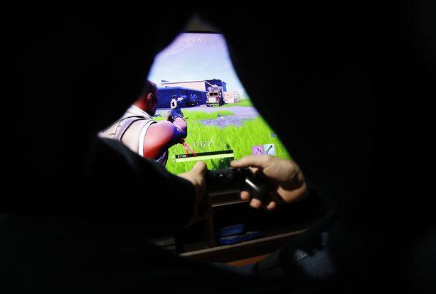 Poliisi selvittää lukuisia ilmoituksia lapsille lähetetyistä seksuaalissävytteisistä viesteistä. Viestejä on Säkylän koulupsyykkarin mukaan lähetetty suositussa Fortnite-pelissä. Kuvituskuva.