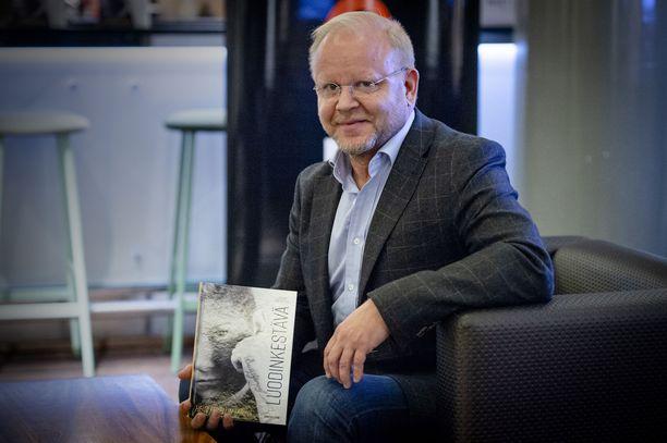 Kirjan kustantaja Juha Virkki on tähän mennessä lukenut kirjan läpi kolme kertaa.