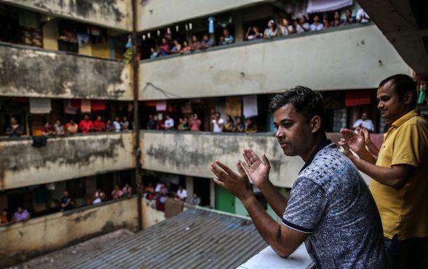 Mumbaissa ihmiset taputtivat parvekkeiltaan hoitohenkilökunnalle. Kuva otettu 22. maaliskuuta ennen kuin maahan määrättiin karanteeni.