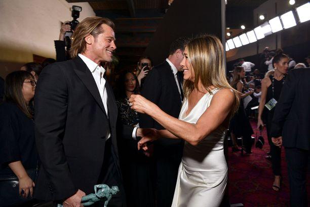 Brad Pitt ja Jennifer Aniston tapasivat toisensa SAG-gaalassa.