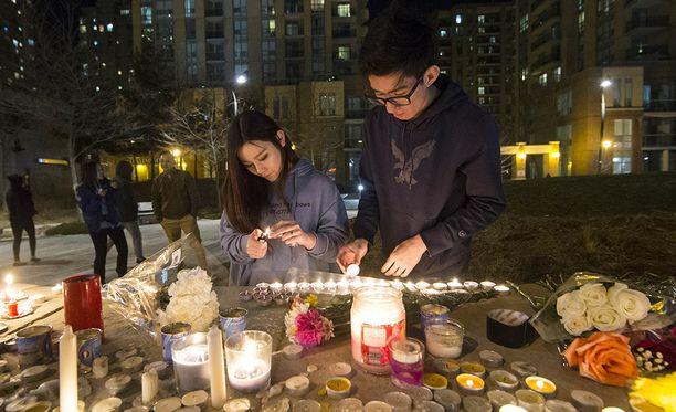 Uhrien muistoksi sytytettiin Torontossa kynttilöitä.