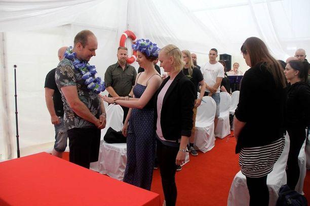 Heikki Hakkarainen ja Anna Hukka menivät naimisiin Oulun Qstock-festivaaleilla.