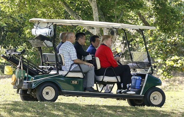 Presidentti Donald Trump ja pääministeri Shinzo Abe istuvat golfautossa Mobara Country Clubin kentällä Japanissa 26.5.2019.