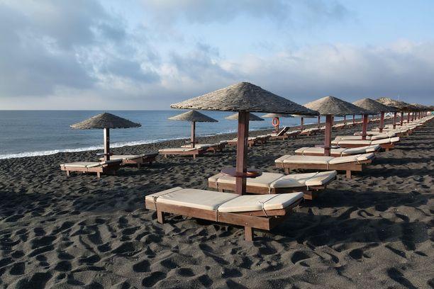 Perissa, Kreikka: Santorinin saarelta Kreikasta löytyy musta ranta, joka on auringonottajienkin suosiossa. Sen lähellä sijaitseva Mesa-tulivuori on suosittu retkikohde.