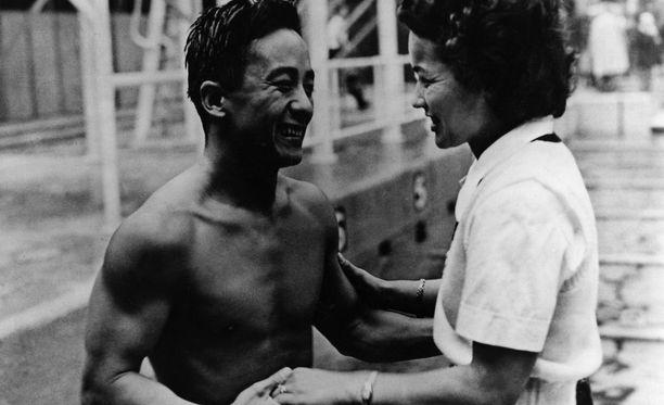 Sammy Lee yhteiskuvassa Lontoon olympiavoittajan Vickie Dravesin kanssa.