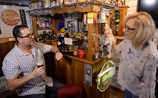 Unelmien joululahjaideako? Vaimo rakensi miehelleen ihka oman pubin takapihalle Englannissa