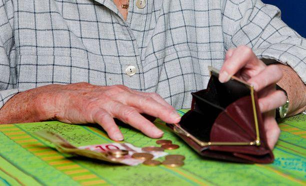 Yhden aikuisen muodostaman talouden pienituloisuusraja oli vuonna 2015 14 220 euroa.