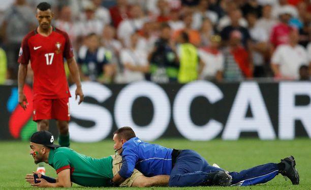 Sveitsiläismies onnistui juoksemaan pitkään kentällä, ennen kuin järjestysmies tarrasi kiinni.