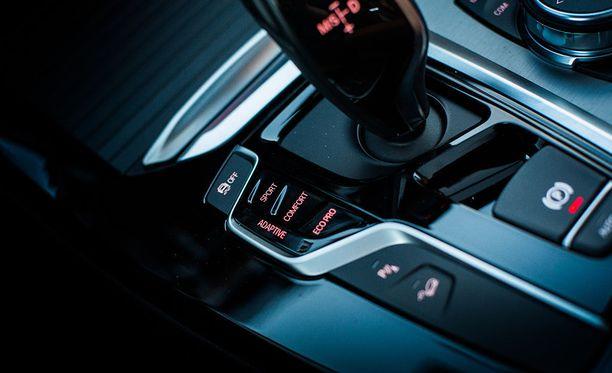 Auton käytökseen pystyy vaikuttamaan keskikonsolin painikkeista. Arkiajossa valinta kääntyy helposti comfortiin tai ecoon.
