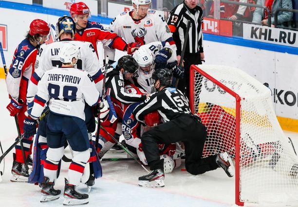 Kuvassa valkopaitainen Torpedo Nizhni Novgorodin koko joukkue on ollut karanteenissa koronaviruksen takia, ja sen harjoitusleiri on seisahduksissa. KHL on salannut asian. Liigan pitäisi alkaa 26 päivän kuluttua.