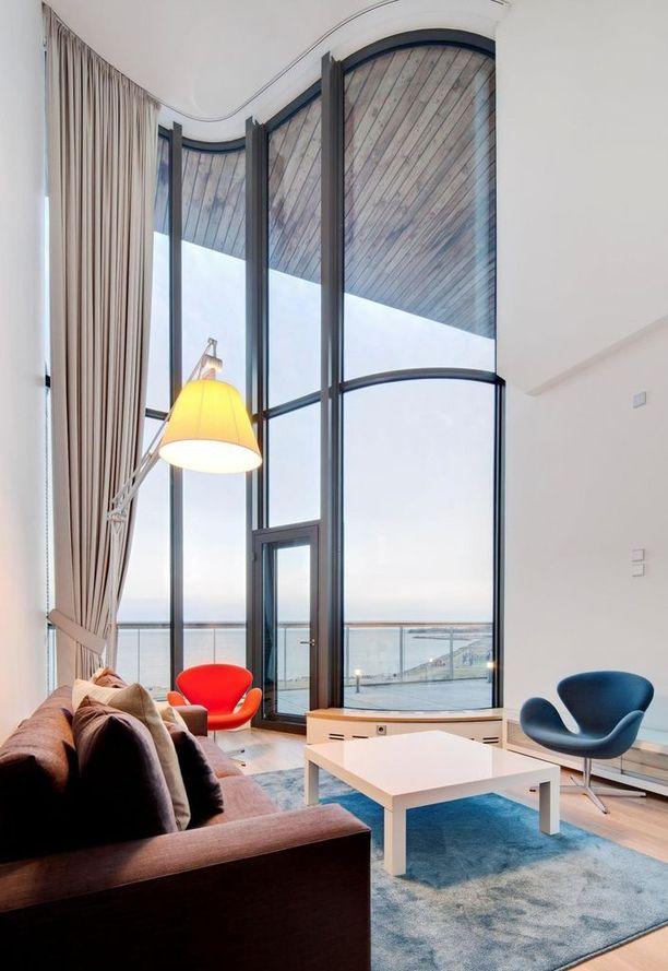 Asunnossa on valtava huonekorkeus, suuri parveke, vaatehuoneita, tavallinen sauna ja turkkilainen höyrysauna sekä poreammeita - jos muutama erikoisuus pitää mainita.