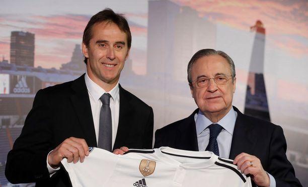 Julen Lopetegui (vas.) ja Florentino Perez (oik.) olivat hetken onnellisia Lopeteguin päävalmentaja tiedotustilaisuudessa Madridissa.