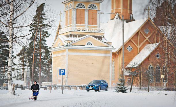 Pohjoisessa Keski-Suomessa sijaitseva Kivijärvi nousee usein Suomen kuntia käsittelevien juttujen otsikoihin. Kivijärvi kärsii paitsi muuttotappiosta myös suuresta velanotosta: esimerkiksi vuonna 2015 Kivijärven väkimäärä väheni yli 13 prosenttia. Velkaa yhtä asukasta kohti on 4 300 euroa.
