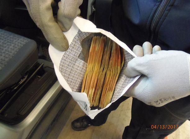 Huumausaine-erän maahantuojalta takavarikoitiin käteistä rahaa.