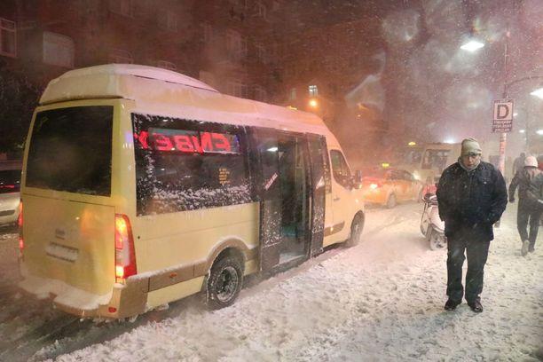 Osaan Istanbulia on satanut jopa 40 senttiä lunta. Kuva perjantailta.
