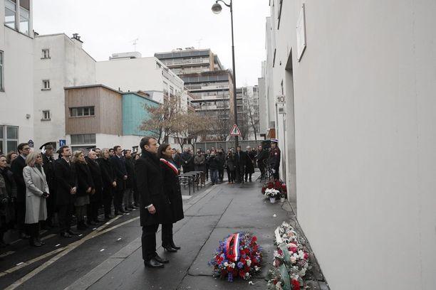 Ranskan presidentti Emmanuel Macron ja Pariisin pormestari Anne Hidalgo kunnioittivat sunnuntaina satiirilehti Charlie Hebdoon kolme vuotta sitten tehdyn iskun uhreja. Iskua seuranneena päivänä erillinen asemies tappoi poliisin ja otti sitä seuraavana päivänä panttivankeja juutalaisessa ruokakaupassa Pariisissa.