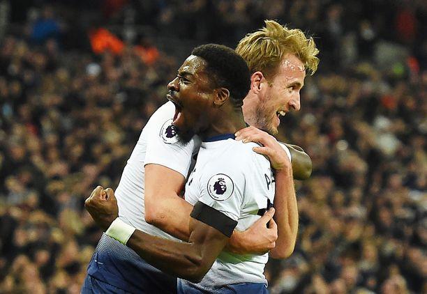Tottenhamin Harry Kane (vas.) ja Serge Aurier antoivat tunteiden näkyä Chelsea-murskajaisissa.