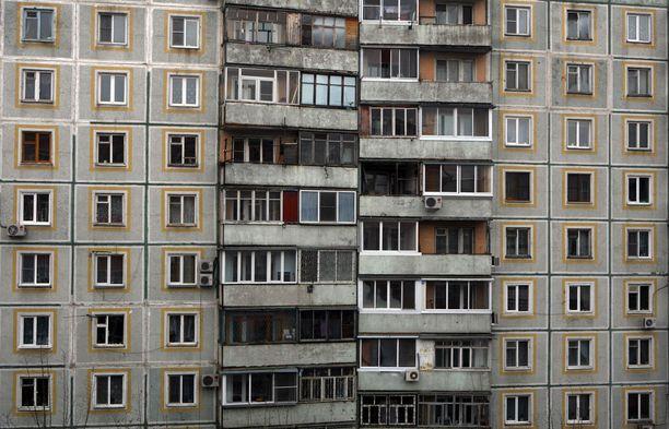 Venäläispoliisi on pudonnut ikkunasta ja kuollut Habarovskissa. Kuvituskuva kaupungin keskustassa sijaitsevasta kerrostalosta.